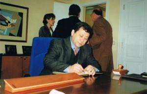Firma libro de honor presidente Covaco y Manuel Lucas